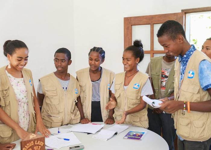 Christella Razanamalala và các bạn trong Câu lạc bộ Phóng viên nhỏ ở Madagascar