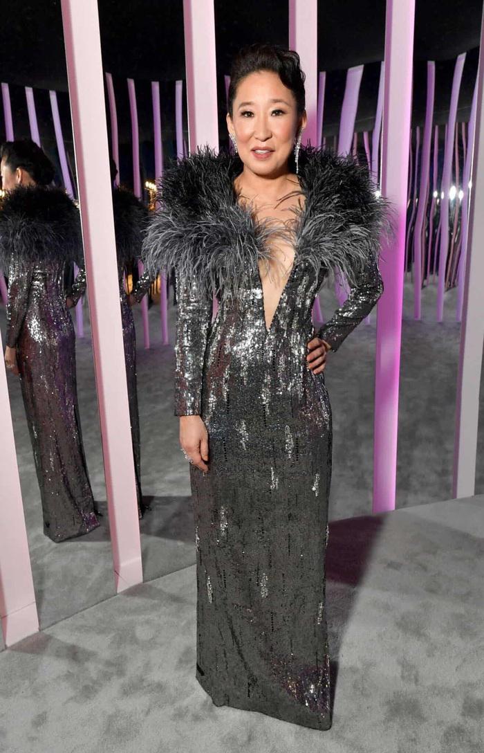Minh tinh Hollywood Sandra Oh xuất hiện với váy của NTK Công Trí trên thảm đỏ - Ảnh 3.