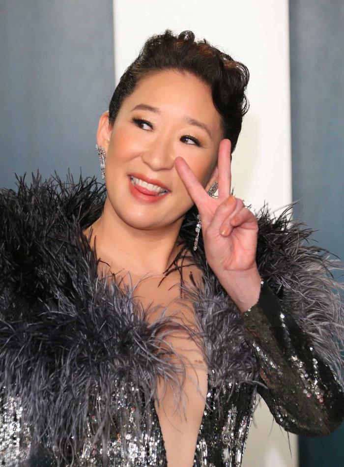 Minh tinh Hollywood Sandra Oh xuất hiện với váy của NTK Công Trí trên thảm đỏ - Ảnh 5.