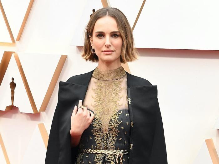 Natalie Portman gây sốc với chiếc áo đặc biệt tại lễ trao giải Oscar - Ảnh 2.