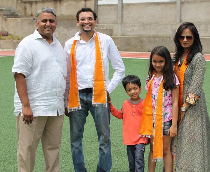 Gia đình yêu quý của Samaira Mehta (những người mang khăn choàng màu cam)