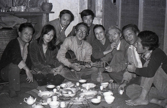 Từ trái qua phải: Nhạc sĩ Hồng Đăng, diễn viên điện ảnh Phương Thanh, nhà phê bình Ngô Thảo, nhạc sĩ Trịnh Công Sơn, nhạc sĩ Nguyễn Thụy Kha (đứng sau), vợ chồng nhạc sĩ Văn Cao, nhà thơ Thu Bồn và nhạc sĩ Nghiêm Bá Hồng - Ảnh chụp năm 1983 tại nhà riêng nhạc sĩ Nguyễn Thụy Kha