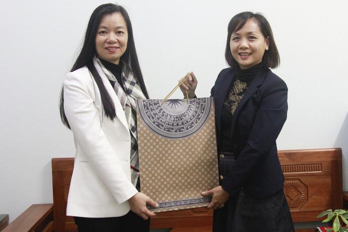 Đoàn công tác tặng quà cho Hội LHPN TP. Phúc Yên