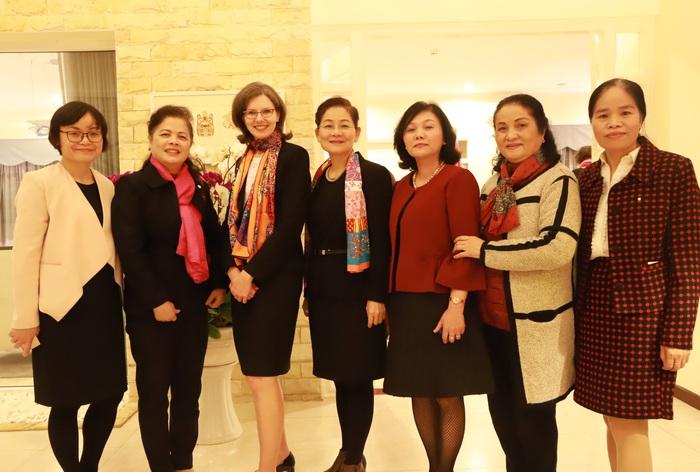 Phó Chủ tịch Hội LHPN Việt Nam Trần Thị Hương, Đại sứ Canada Deborah Paul cùng đại diện Hội Nữ trí thức Việt Nam, Hội Nữ doanh nhân nhỏ và vừa thành phố Hà Nội.