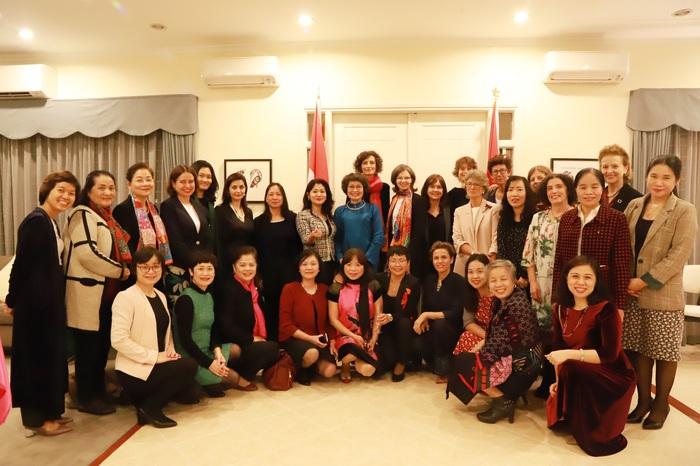 Buổi giao lưu có mặt 4 nữ Đại sứ cùng chủ trì là Đại sứ Bungarie Marinela Petkova, Đại sứ Hà Lan Elsbeth Akkerman, Đại sứ Na Uy Grethe Lochen, Đại sứ Urugoay Rosario Portell. Ngoài ra, có sự tham gia của Đại sứ Tây Ban Nha Maria Jesus Figa Lopez-Palop, Trưởng đại diện UNDP, Oxfam, đại diện một số cơ quan quốc tế và các viện nghiên cứu, doanh nghiệp xã hội tại Việt Nam.