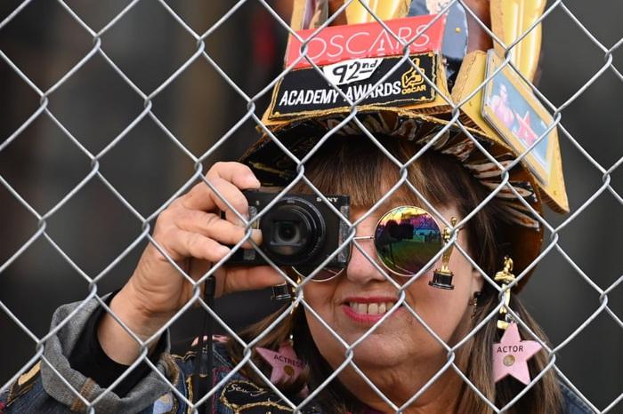 Người hâm mộ giải Oscar chụp ảnh quá trình chuẩn bị trước thềm thảm đỏ trên Đại lộ Hollywood - Ảnh 6.
