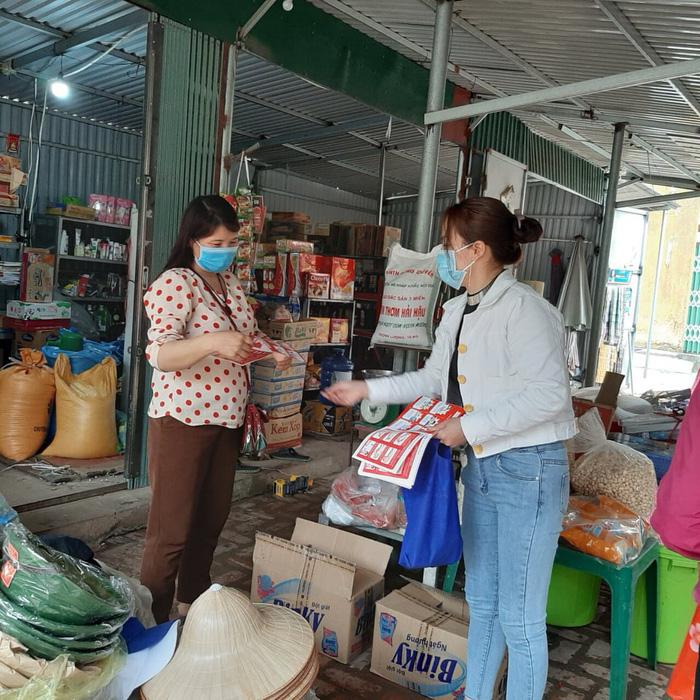 Cán bộ Hội viên phụ nữ TP. Phúc Yên tuyên truyền các biện pháp phòng chống covid-19 tại cửa hàng tạp hóa