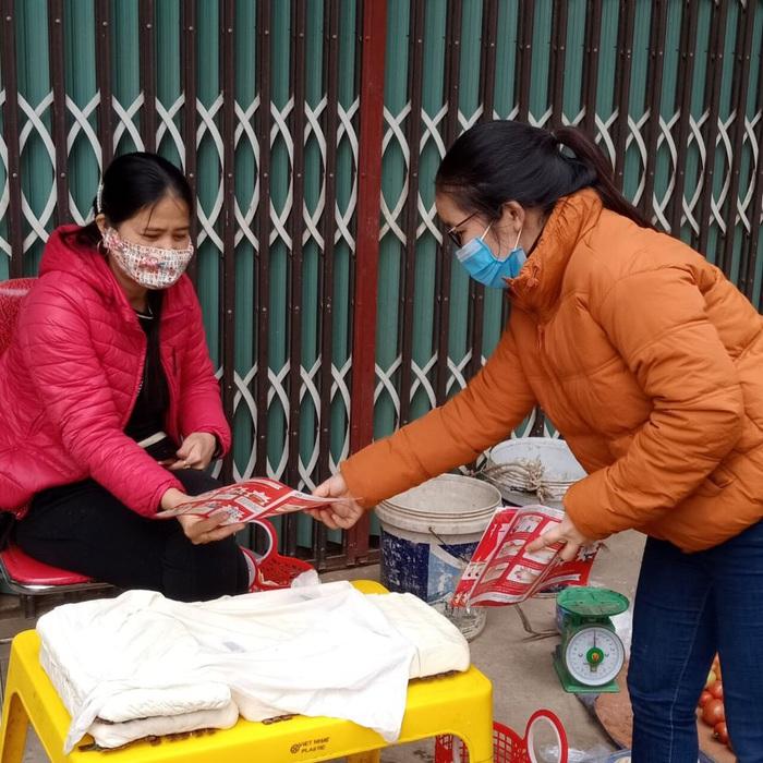 Cán bộ Hội viên phụ nữ TP. Phúc Yên tuyên truyền các biện pháp phòng chống covid-19 tại chợ