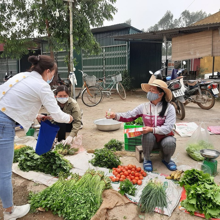 Cán bộ Hội viên phụ nữ TP. Vĩnh Yên tuyên truyền các biện pháp phòng chống covid-19 tại chợ