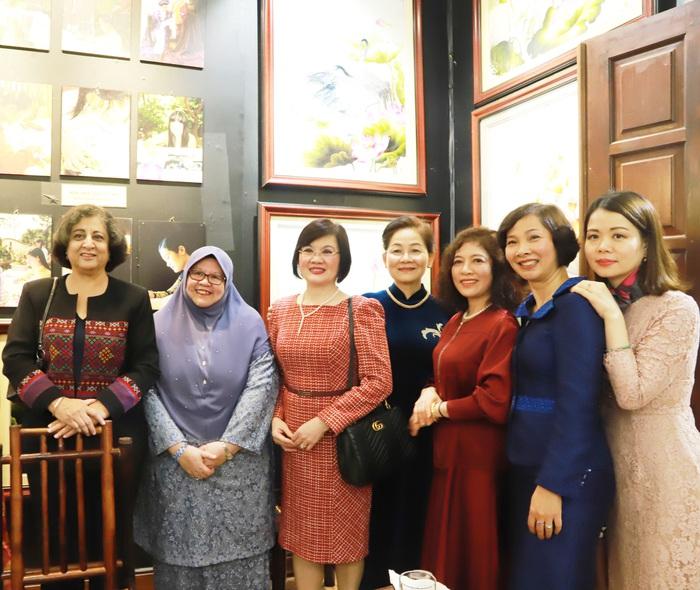 Hoạt động thường niên của Nhóm AWCH nhằm tăng cường sự gắn kết giữa các thành viên cũng như tăng cường trao đổi và sự kết nối giữa các cán bộ nữ của các bộ ngành Việt Nam với bạn bè quốc tế tại Hà Nội.