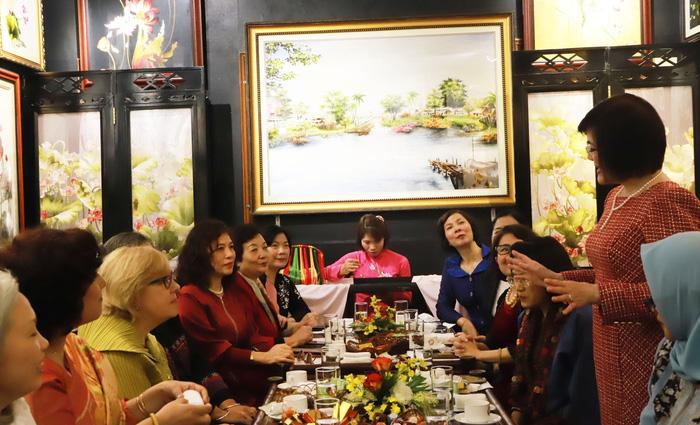 Phát biểu tại buổi gặp mặt, Đại sứ Nguyễn Nguyệt Nga gửi lời chúc mừng năm mới tới các phu nhân và các chị em. Bà nhấn mạnh ý nghĩa quan trọng của việc tăng cường kết nối Mạng lưới AWCH cũng như thúc đẩy các hoạt động của Mạng lưới AWCH trong năm 2020.