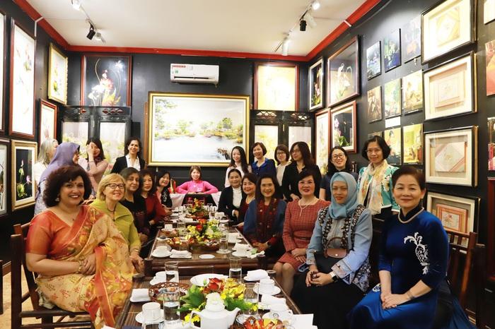 Đại sứ Nguyễn Nguyệt Nga, Phu nhân Phó Thủ tướng, Bộ trưởng Phạm Bình Minh, Chủ tịch danh dự Nhóm AWCH đã chủ trì buổi gặp mặt với sự tham gia của Phó Chủ tịch Hội LHPN Việt Nam Trần Thị Hương, các phu nhân đại sứ các nước ASEAN và một số đối tác của ASEAN, phu nhân lãnh đạo Bộ Ngoại giao, các nữ đại sứ và lãnh đạo nữ các đơn vị chủ chốt của Bộ Ngoại giao, Hội đồng doanh nhân nữ Việt Nam...