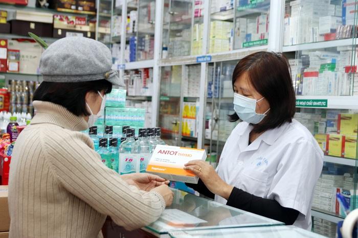 Người dân đi mua hoạt chất Thymomodulin trong thời kỳ phòng dịch