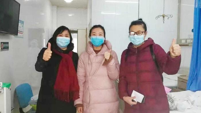 Bác sĩ Feng Chuncui (bìa phải) chụp ảnh cùng 2 bệnh nhân nhiễm virus corona trong phòng bệnh