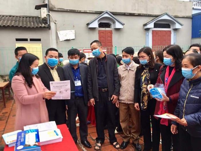 Tỉnh Ủy viên, Chủ tịch Hội LHPN tỉnh Thái Nguyên Nguyễn Thị Quỳnh Hương (áo hồng) trao đổi nội dung hướng dẫn thực hiện mô hình 3 có trong ohaan loại và xử lỷ rác thải tại hộ gia đình