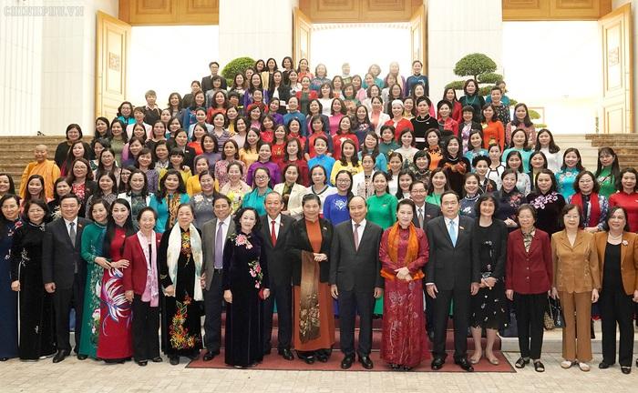 Thủ tướng Nguyễn Xuân Phúc, Chủ tịch Quốc hội Nguyễn Thị Kim Ngân, các đồng chí lãnh đạo, nguyên lãnh đạo Đảng, Nhà nước và các đại biểu nữ Quốc hội khoá XIV