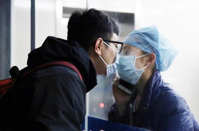 Câu chuyện đằng sau nụ hôn qua vách kính của nữ y tá chống Covid-19 - Ảnh 1.