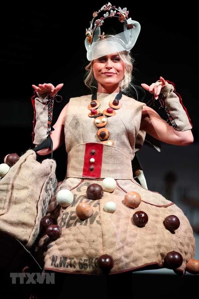 Váy áo độc đáo được trang trí bằng chocolate - Ảnh 1.