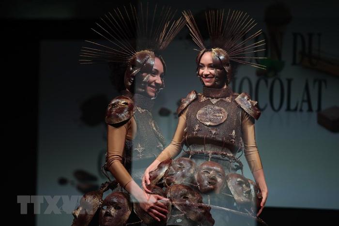 Váy áo độc đáo được trang trí bằng chocolate - Ảnh 3.