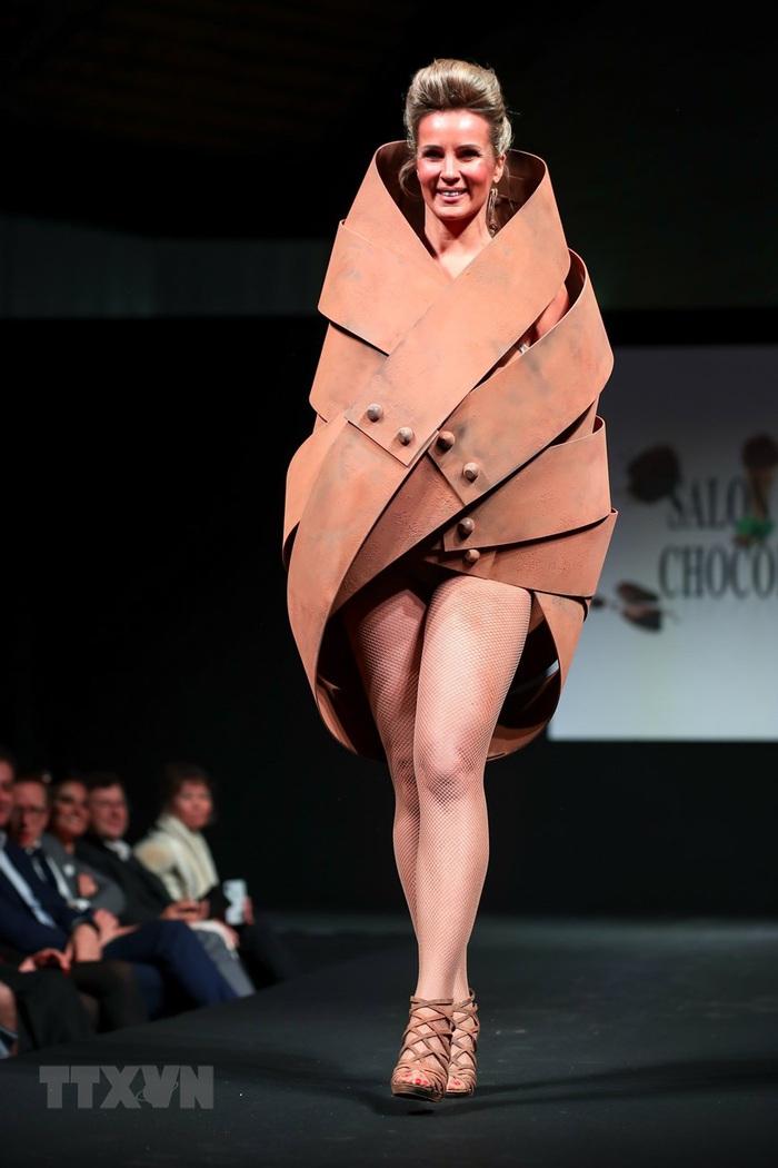 Váy áo độc đáo được trang trí bằng chocolate - Ảnh 6.