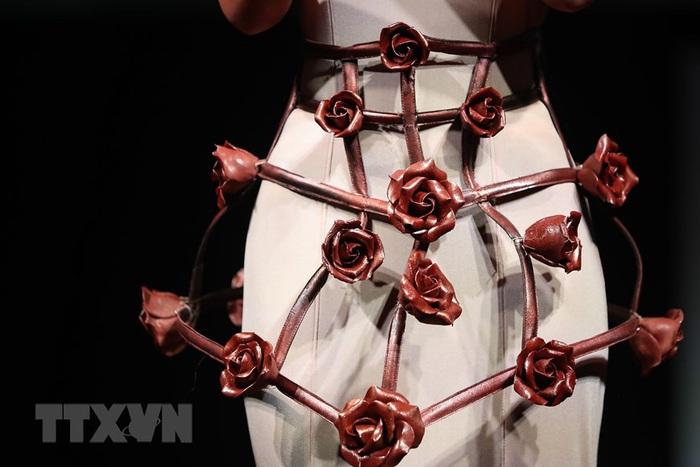 Váy áo độc đáo được trang trí bằng chocolate - Ảnh 5.