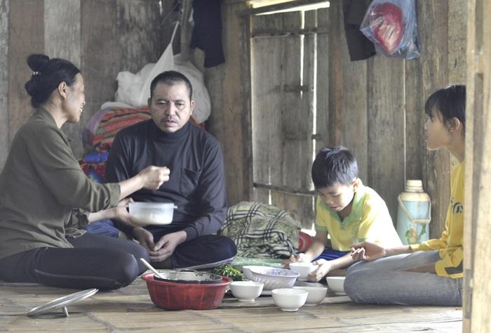 Dù cực nhọc, vất vả ngày đêm nhưng chị Bùi Thị Hiền cố gắng vượt qua để chăm sóc chồng và các con