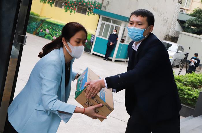 Cán bộ TƯ Hội LHPN Việt vận chuyển hàng lên xe đưa đến vùng tâm dịch Sơn Lôi hỗ trợ hội viên, phụ nữ và người dân