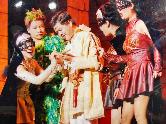 NSƯT Đăng Dương (áo vàng) và nghệ sĩ Vũ Mạnh Dũng (áo xanh) trong nhạc kịch Cây sáo thần năm 2006