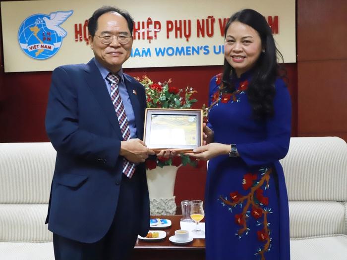 Chủ tịch Nguyễn Thị Thu Hà tặng tranh lưu niệm cho Đại sứ Park Noh Wan
