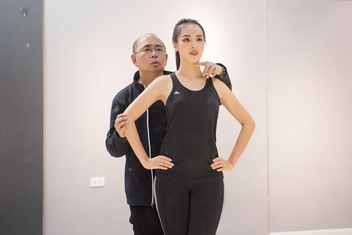 Chuyên gia sắc đẹp Rodgil hướng dẫn Quỳnh Nga tập luyện