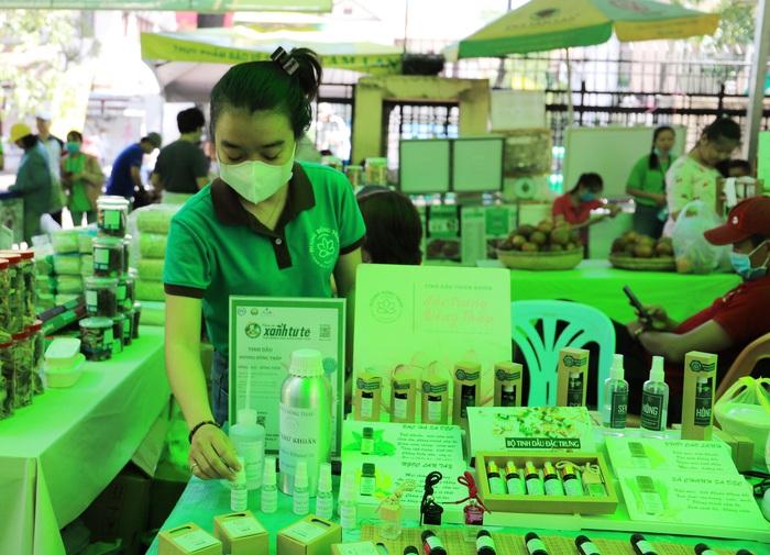 TPHCM: Nhiều bà nội trợ thích thú mua sản phẩm diệt khuẩn trong mùa dịch tại Phiên chợ xanh tử tế   - Ảnh 3.
