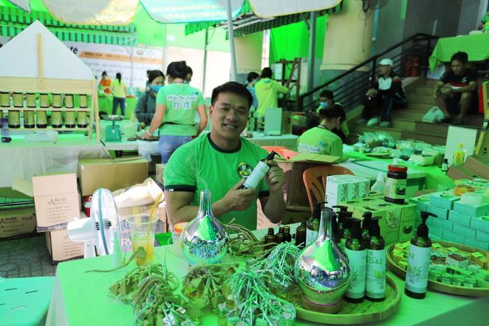 TPHCM: Nhiều bà nội trợ thích thú mua sản phẩm diệt khuẩn trong mùa dịch tại Phiên chợ xanh tử tế   - Ảnh 1.