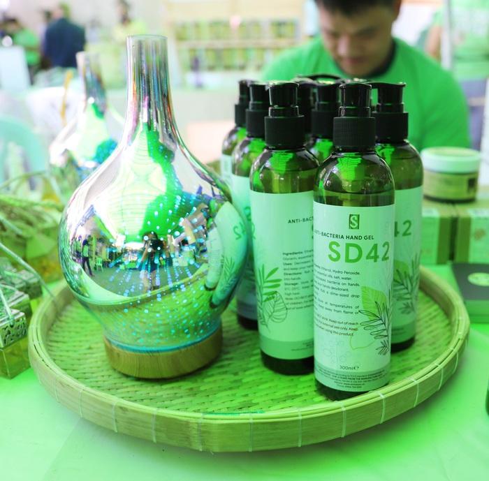 TPHCM: Nhiều bà nội trợ thích thú mua sản phẩm diệt khuẩn trong mùa dịch tại Phiên chợ xanh tử tế   - Ảnh 2.