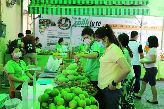 TPHCM: Nhiều bà nội trợ thích thú mua sản phẩm diệt khuẩn trong mùa dịch tại Phiên chợ xanh tử tế   - Ảnh 5.
