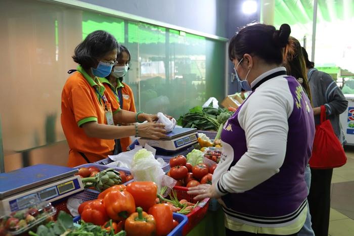 TPHCM: Nhiều bà nội trợ thích thú mua sản phẩm diệt khuẩn trong mùa dịch tại Phiên chợ xanh tử tế   - Ảnh 6.