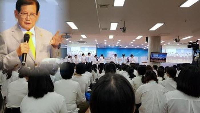 Ông Lee Man-hee trong một buổi giảng đạo với các tín đồ Shincheonji