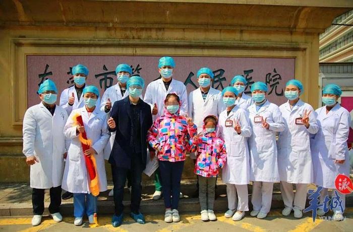 Lúc này, viện trưởng bệnh viện – bác sĩ Phan Hải Ân mới xúc động nói: Chào mừng cháu đến bệnh viện sau khi tốt nghiệp! Cô bé bật cười, các y bác sĩ xung quanh cũng cười theo. Tiếng cười hòa cùng tia nắng sưởi ấm trái tim tất cả mọi người, sưởi ấm cả bệnh viện trong những ngày chống dịch u ám