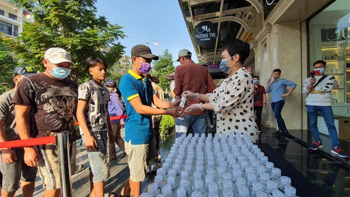 Nghệ sĩ Việt Hương tặng 5.000 chai dung dịch rửa tay cho người dân thành phố