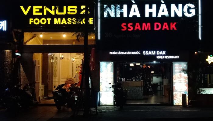 """Hà Nội: """"Phố Hàn Quốc"""" thưa vắng vì dịch Covid-19 - Ảnh 1."""