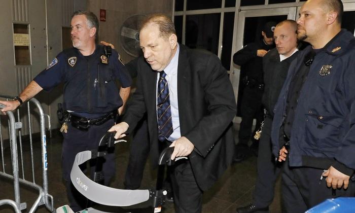 Ông Harvey Weinstein bị cảnh sát đưa về nhà tù