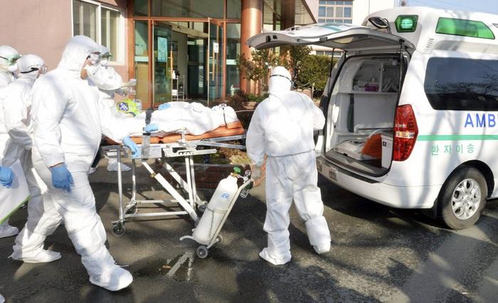 Đưa bệnh nhân nhiễm SARS-CoV-2 đến viện ở Hàn Quốc