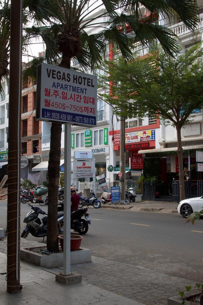 Một góc phố chi chít hàng quán chữ Hàn nhưng khá vắng
