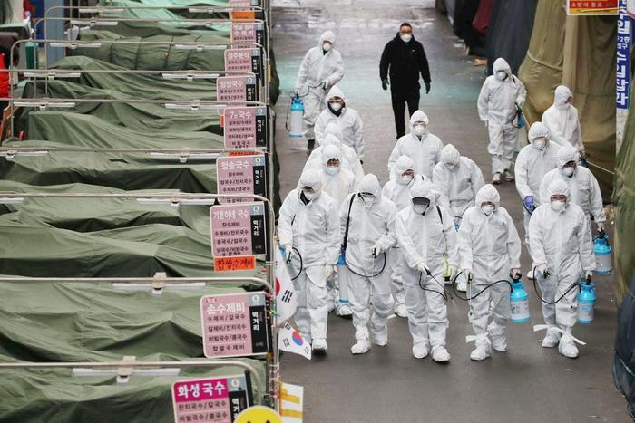 Cán bộ y tế tiến hành khử khuẩn nhiều khu chợ ở Daegu