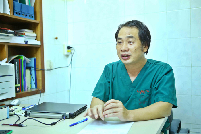 Trưởng khoa Cấp cứu kể về gần 1 tháng bám trụ bệnh viện chống dịch SARS-CoV-2 - Ảnh 1.
