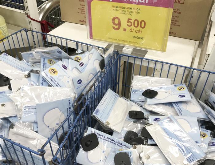 Người Hà Nội vẫn nhọc nhằn mua khẩu trang y tế phòng dịch  - Ảnh 5.