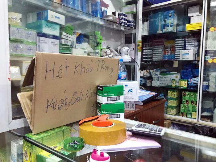 """Hà Nội: """"Tìm đỏ mắt"""" vẫn không mua được khẩu trang y tế phòng dịch  - Ảnh 1."""