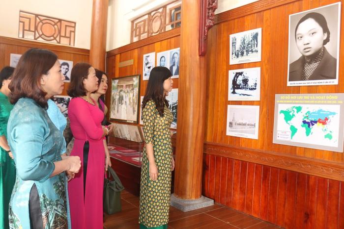 Hội LHPN Nghệ An dâng hoa tưởng niệm tại  Nhà lưu niệm đồng chí Nguyễn Thị Minh Khai  - Ảnh 3.