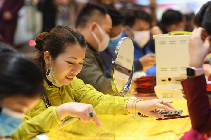 Khách hàng đeo khẩu trang kín mít đi mua vàng trong ngày vía Thần Tài  - Ảnh 5.