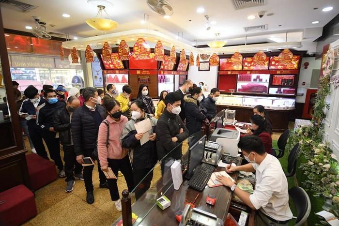 Từ buổi trưa sang đến đầu giờ chiều, nhiều người tranh thủ giờ nghỉ để đến các tiệm vàng