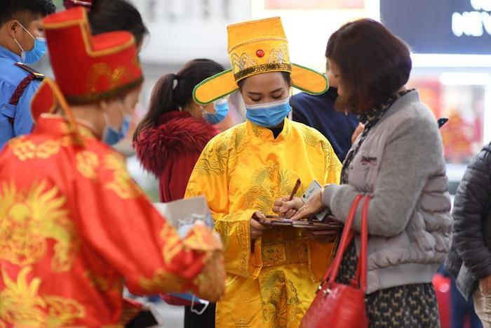 Đây là một ngày mua sắm có một không hai từ trước đến giờ, vì lần đầu tiên vào tiệm vàng, mà cả khách hàng và nhân viên đều được khuyến khích dùng khẩu trang che kín mặt, chị Kim Yến, một khách mua vàng tại phố Trần Nhân Tông chia sẻ.